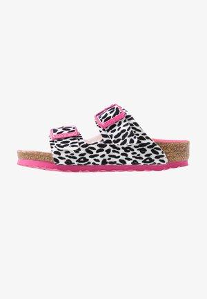 ARIZONA - Domácí obuv - black/pink