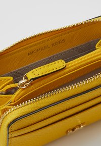 MICHAEL Michael Kors - COIN CARD CASE MERCER - Peněženka - sunflower - 4