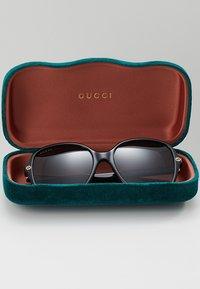 Gucci - Okulary przeciwsłoneczne - black/grey - 2