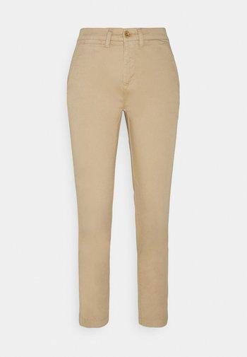 GABBY SLIM LEG PANT - Pantaloni - birch tan