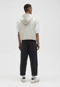 PULL&BEAR - MIT BUNDFALTEN - Jeans Relaxed Fit - black - 2