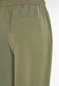 Vero Moda - VMKARINA WIDE PANT  - Spodnie materiałowe - ivy green - 3