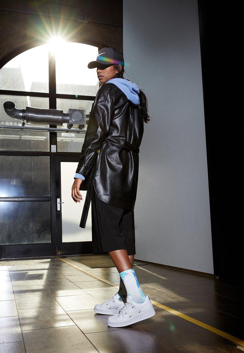 Nike Sportswear - AIR FORCE 1 - Sneakers - white/hyper royal/black