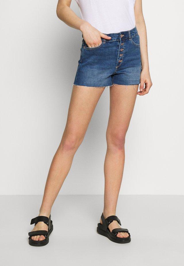 ONLHUSH SHORTS MED BLUE CRE0 - Shorts vaqueros - medium blue denim