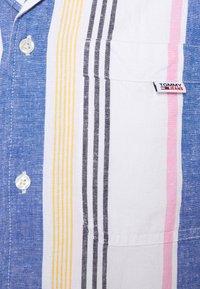 Tommy Jeans - CAMP SHIRT - Vapaa-ajan kauluspaita - purple - 2