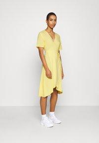 Moss Copenhagen - ISALIE TURID WRAP DRESS - Denní šaty - panana - 1
