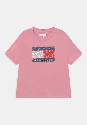 FLOWER FLAG TEE - T-shirt z nadrukiem - pale primrose