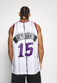 Mitchell & Ness - NBA TORONTO RAPTORS - VINCE CARTER - Article de supporter - white - 2