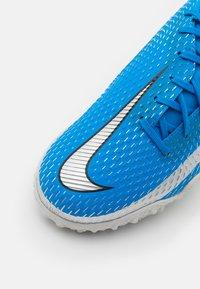 Nike Performance - JR PHANTOM GT ACADEMY TF UNISEX - Fodboldstøvler m/ multi knobber - photo blue/metallic silver/rage green - 5