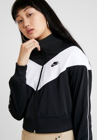 Nike Sportswear - W NSW HRTG TRCK JKT PK - Chaqueta de entrenamiento - black/white - 3