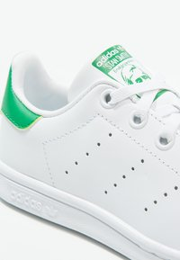 adidas Originals - STAN SMITH  - Sneakersy niskie - footwear white/green - 5