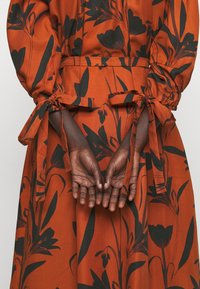 Mother of Pearl - RAGLAN SLEEVE DRESS WITH GATHERED NECK & CUFFS - Denní šaty - botanical rust - 5