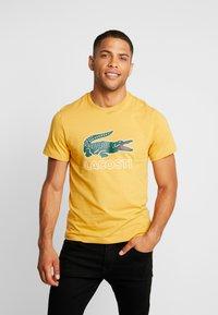 Lacoste - T-shirt med print - darjali - 0