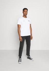 Levi's® - BOXTAB GRAPHIC TEE - T-shirt med print - white - 1
