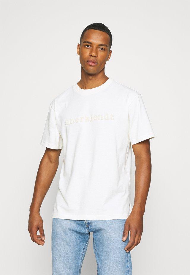 AKRUNE LOGO - Print T-shirt - tofu