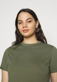 Pieces Curve - PCRIA FOLD UP SOLID TEE - Jednoduché triko - deep lichen green - 4