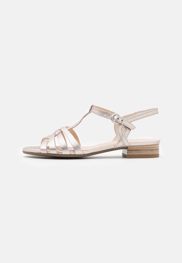 Sandaalit nilkkaremmillä - puder