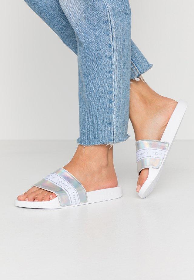 MAEZIE - Sandalias planas - white