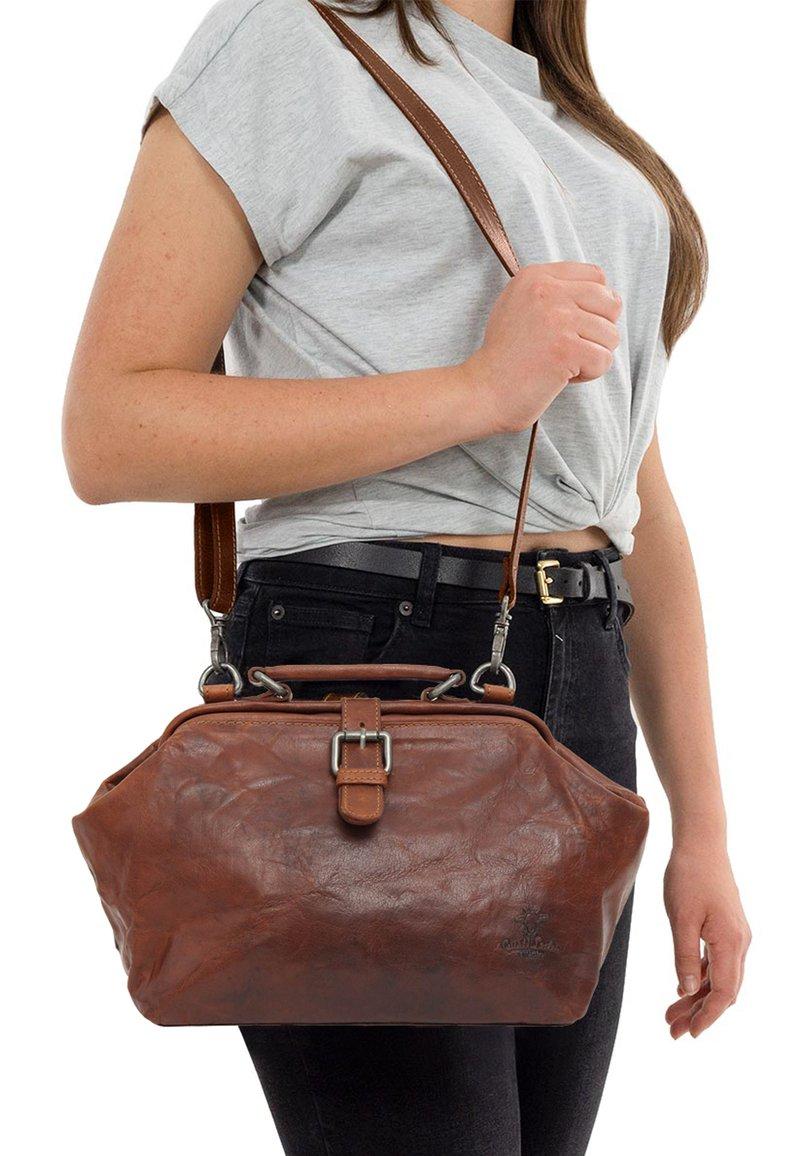 Gusti Leder - dark brown - Käsilaukku - honey brown