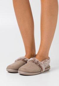 Skechers - COZY CAMPFIRE - Pantoffels - dark taupe - 0