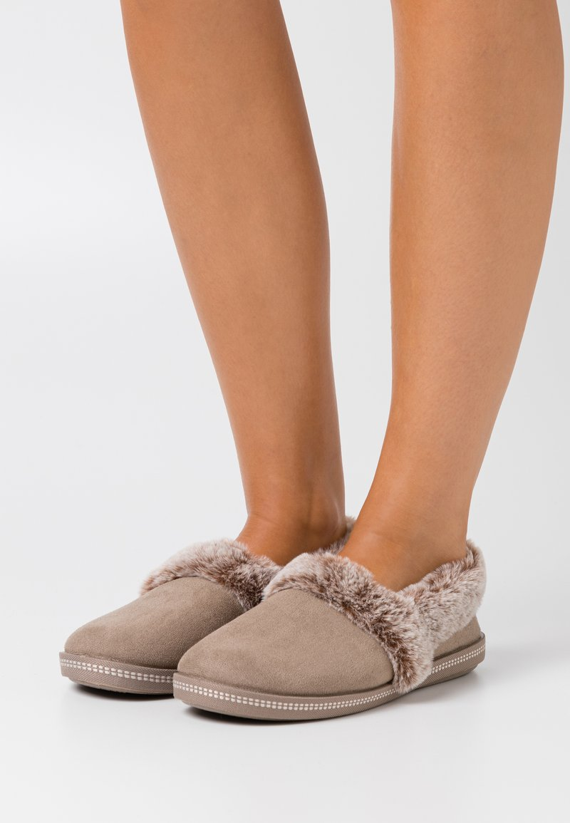 Skechers - COZY CAMPFIRE - Pantoffels - dark taupe