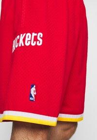 Mitchell & Ness - NBA SWINGMAN SHORT ROCKETS - Sports shorts - red - 4