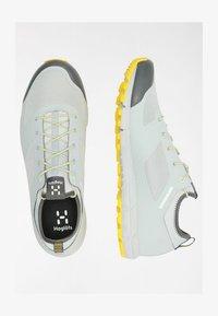 stone grey/signal yellow