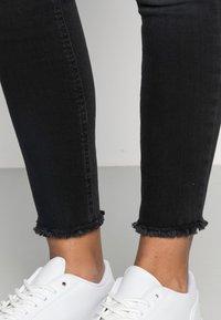 ONLY - ONLBLUSH RAW - Jeans Skinny Fit - black denim - 4