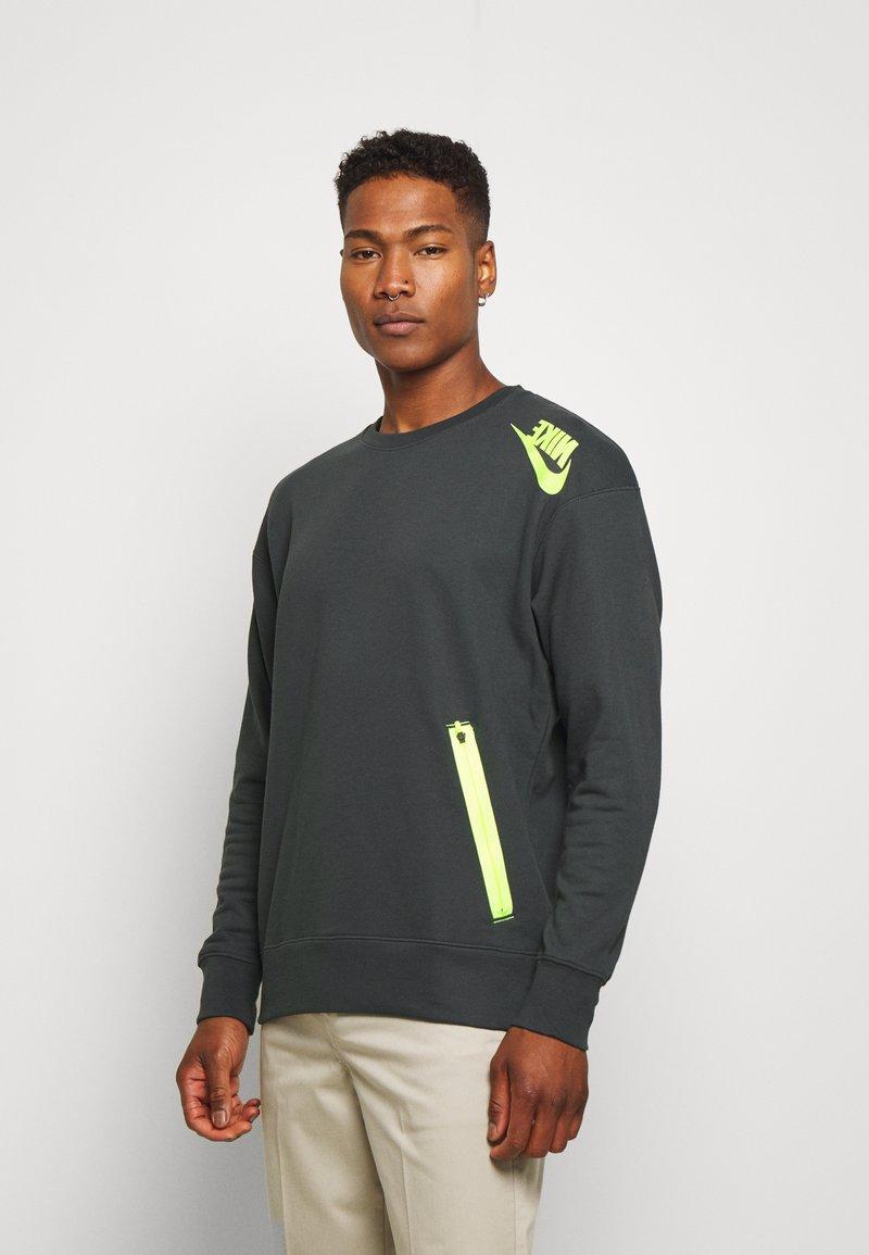 Nike Sportswear - FESTIVAL CREW - Sweatshirts - dark smoke grey/volt