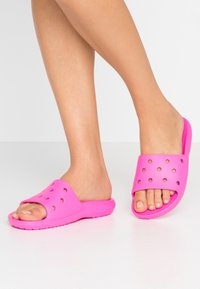 Crocs - CLASSIC SLIDE - Sandały kąpielowe - pink - 0