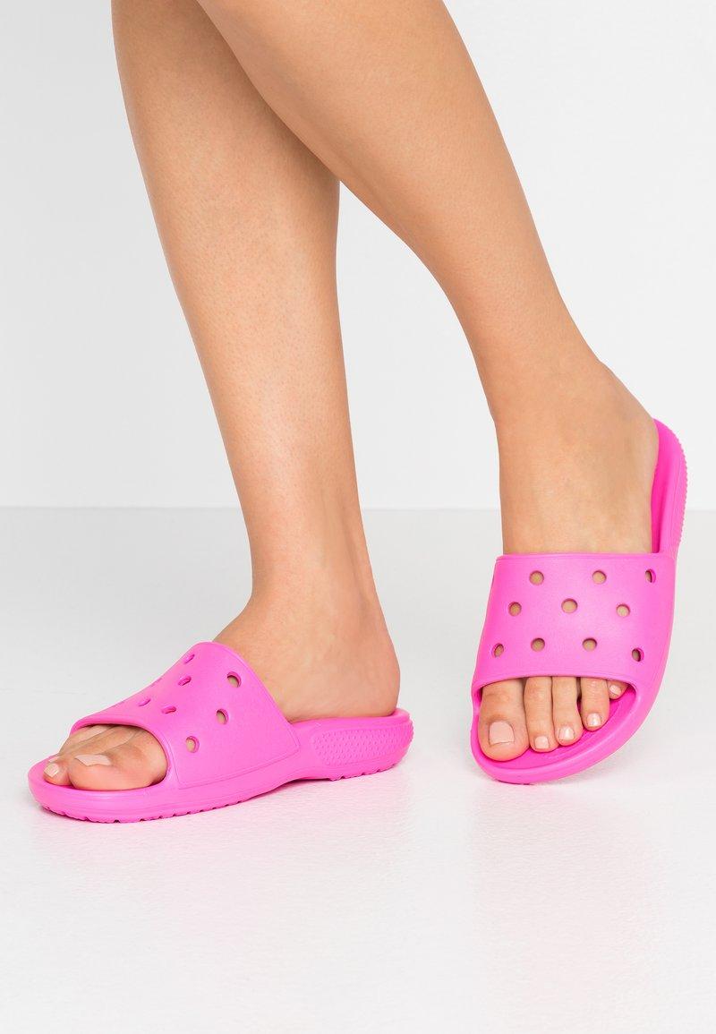 Crocs - CLASSIC SLIDE - Sandały kąpielowe - pink