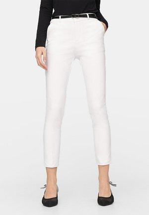 MIT GÜRTEL - Pantaloni - white
