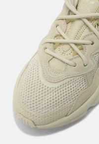 adidas Originals - OZWEEGO J UNISEX - Baskets basses - sand/white - 4