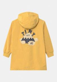 TINYCOTTONS - TINY FUJI UNISEX - Waterproof jacket - yellow/off-white - 1