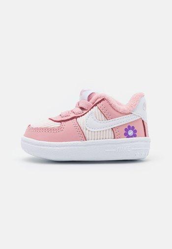 FORCE 1 CRIB SE UNISEX - Babyschoenen - pink glaze/white/purple dawn