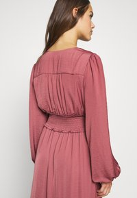 Forever New Petite - SHIRRED DRESS - Sukienka letnia - burnt berry - 5