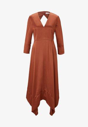 MIT RÜCKENAUSSCHNITT - Maxi dress - copper