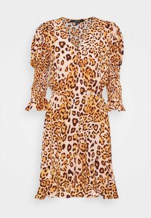 WRAP DRESS SHORT - Jurk - tropical peach leo big