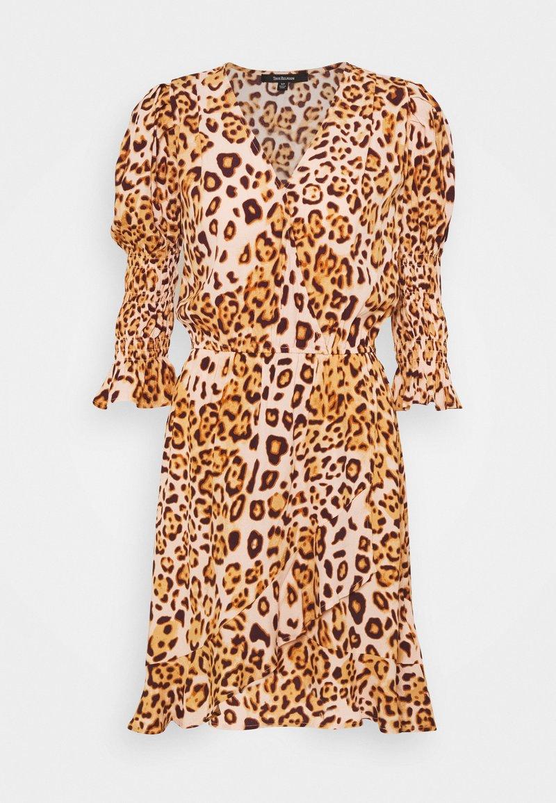 True Religion - WRAP DRESS SHORT - Denní šaty - tropical peach leo big