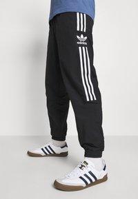 adidas Originals - LOCK UP UNISEX - Träningsbyxor - black - 4