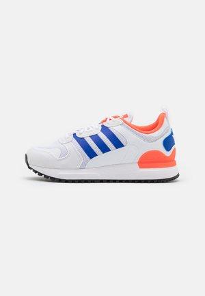 ZX 700 UNISEX - Sneakersy niskie - footwear white/bold blue/solar red