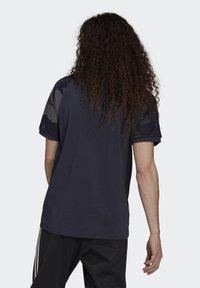 adidas Originals - CAMOUFLAGE CALIFORNIA GRAPHICS - T-shirt con stampa - night navy - 1
