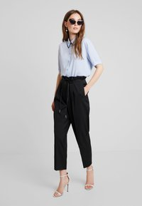 KIOMI - SHORTSLEEVE BOXY WITH PIPING - Button-down blouse - kentucky blue - 1
