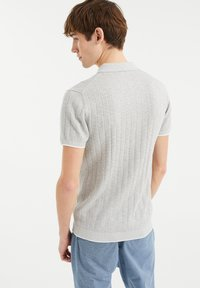 WE Fashion - MET STREEPSTRUCTUUR - Polo shirt - light grey - 2