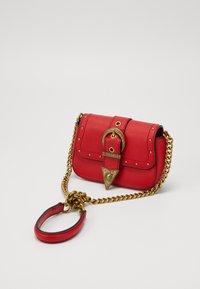 Versace Jeans Couture - DISCOBAGRODEO - Taška spříčným popruhem - rosso - 3