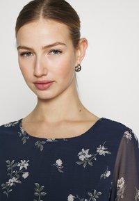 Vero Moda - VMFALLIE BELT DRESS - Denní šaty - navy blazer/newhallie - 3