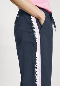 Tommy Jeans - SIDE STRIPE PANT - Trousers - twilight navy - 5