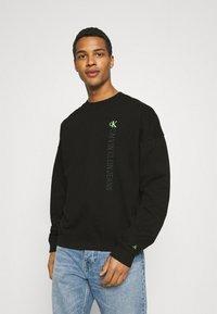 Calvin Klein Jeans - CREWNECK UNISEX - Collegepaita - black - 0