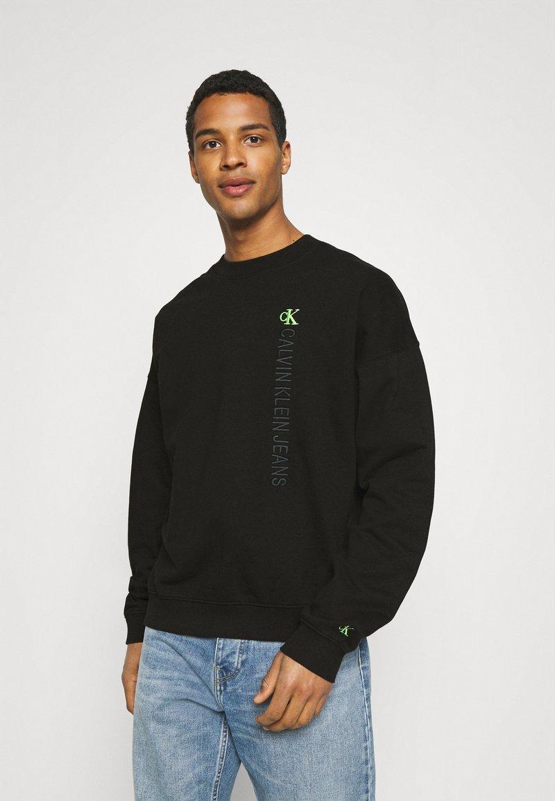 Calvin Klein Jeans - CREWNECK UNISEX - Collegepaita - black