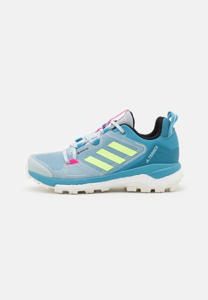TERREX SKYCHASER 2 GTX - Outdoorschoenen - haze blue/hi-res yellow/screaming pink